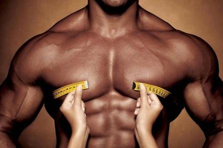 мужчине измеряют размер грудной клетки