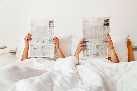 читают газету