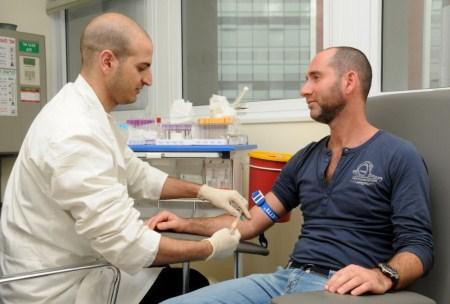 мужчина сдает анализ крови