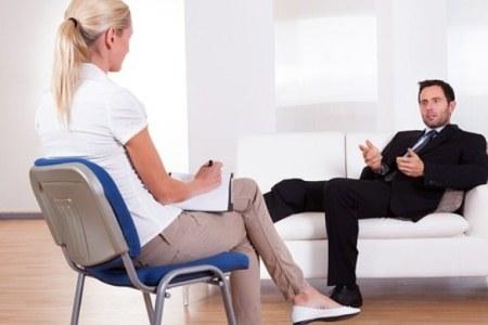 мужчина на приеме у психолога