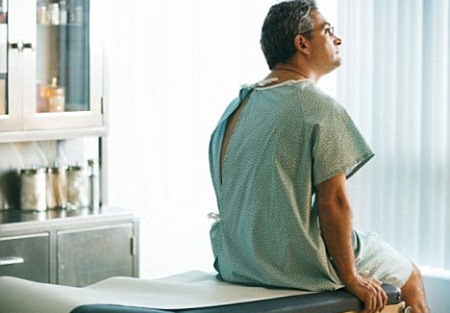 мужчина сидит на медицинской кушетке