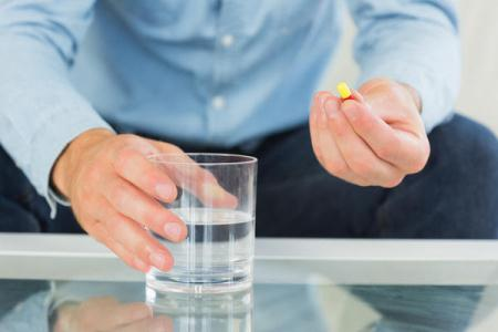 таблетка и стакан