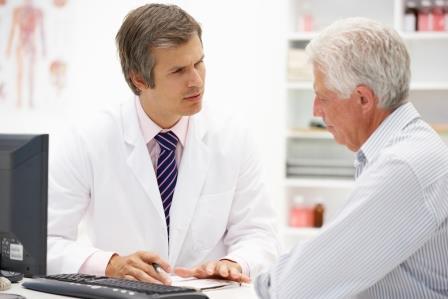 врач общается с мужчиной