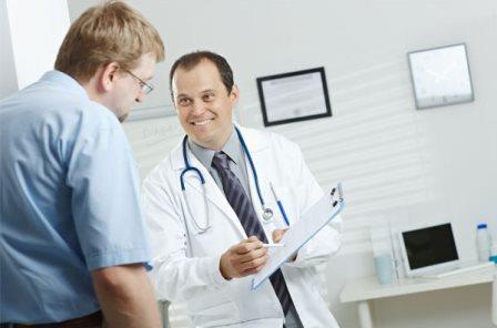 врач показывает на лист бумаги больному