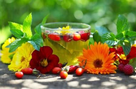 чай с ягодами и цветами
