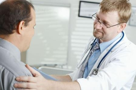 доктор держит за плечо пациента