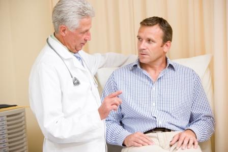 доктор с мужчиной