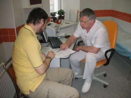 доктора разясняет пациенту