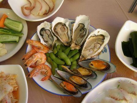 морепродукты на тарелке