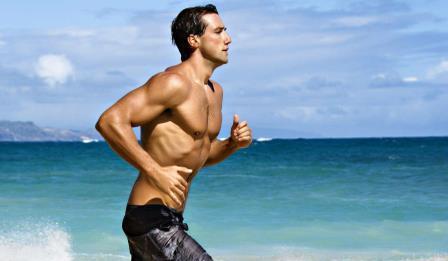мужчина бежит на фоне моря