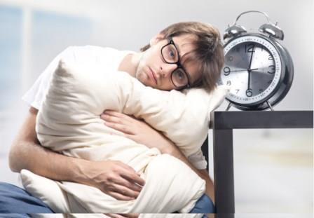 мужчина держится за подушку