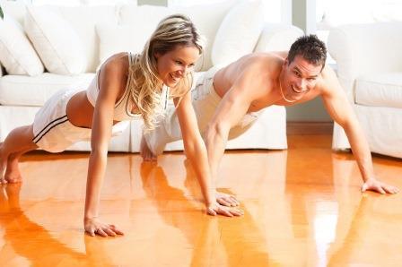 мужчина и женщина отжимаются от пола