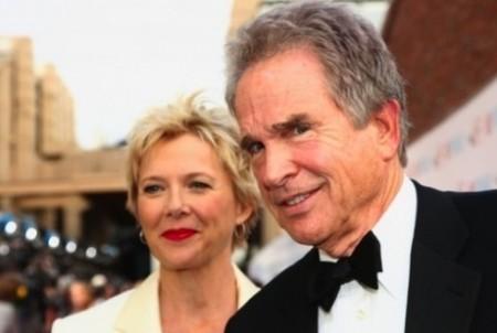 мужчина и женщина улыбаются