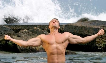 мужчина медитирует в воде