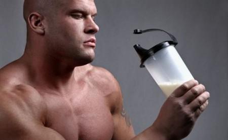 мужчина пьёт коктейль