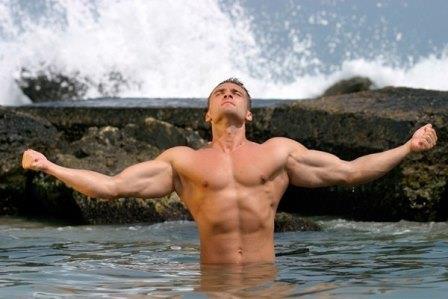 мужчина стоит в воде