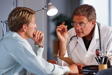 пациент слушает врача