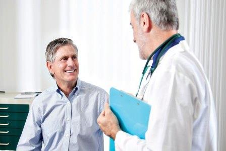 пациент улыбается врачу