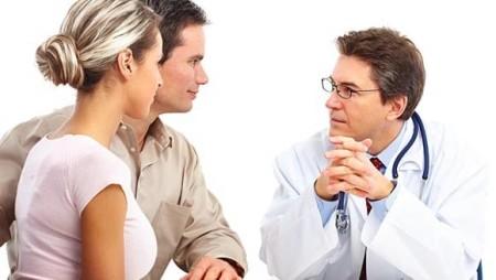 пара беседует с врачом
