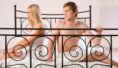 парень и девушка сидят на кровати с высокими спинками