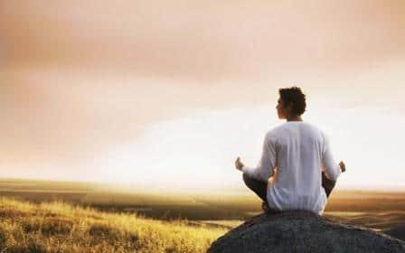парень медитирует