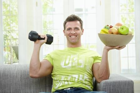 парень с гантелей и фруктами