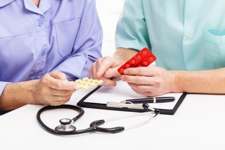 таблетки в руказ пациента и врача