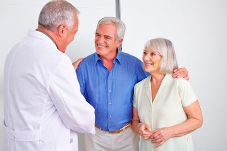 врач беседует с семейной парой