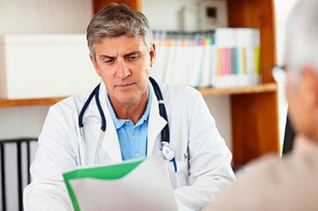 врач читает историю болезни