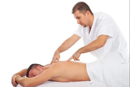 врач делает массаж