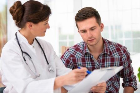 врач держит бумажку перед пациентом