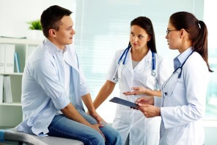 врач и медсестра обследуют пациента