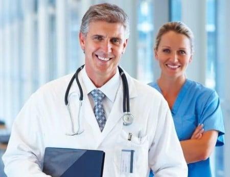 врач и медсестра улыбаются
