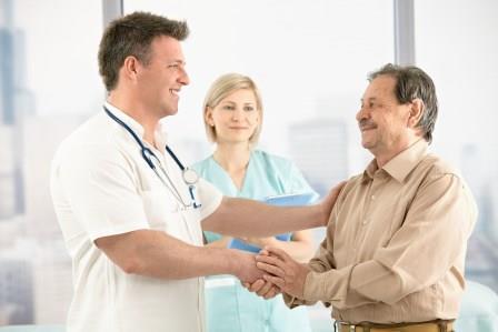 врач и пациент пожимают руки