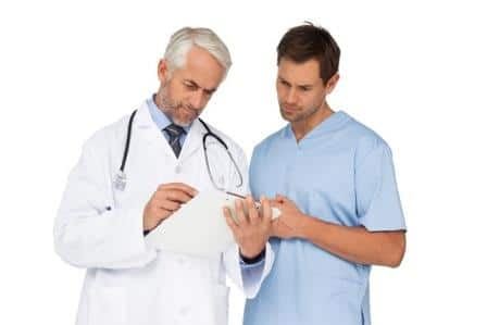 врач и пациент смотрят резултат