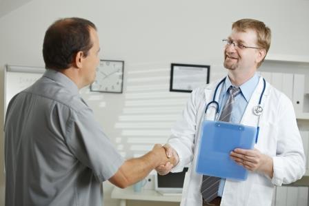 врач и-пациент жмут друг другу руку