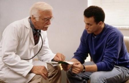 врач показывает на историю болезни пациенту