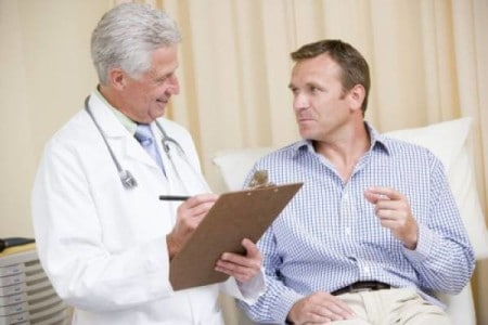 врач записывает историю болезни со слов пациента