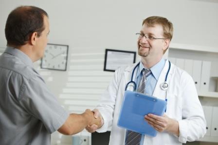 врач жмёт руку пациенту