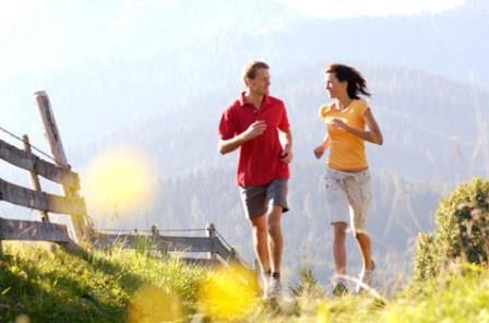 женщина и мужчина бегут