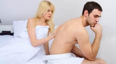 женщина трогает спину мужчины