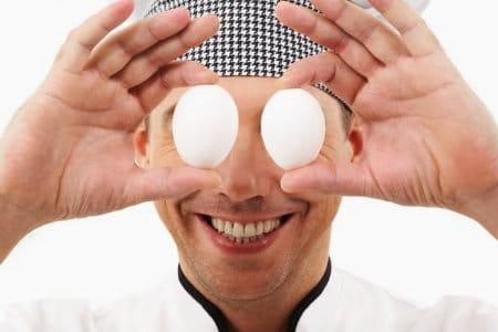 мужчина с яйцами