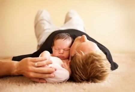 мужчина держит ребёнка