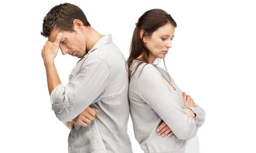 мужчина и женщина облокотились спинами