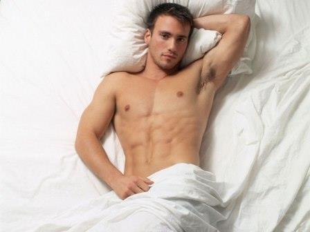 мужчина лежит мужчина лежит в постели