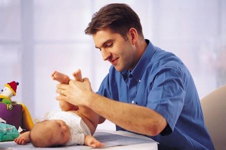 мужчина смотрит на младенца