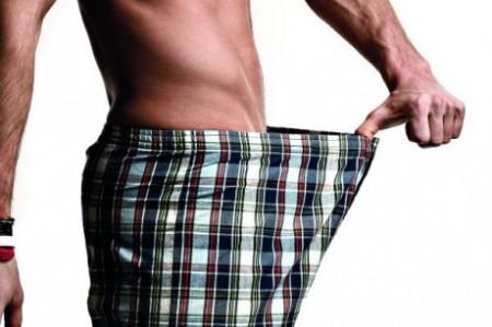 парень смотрит в шорты
