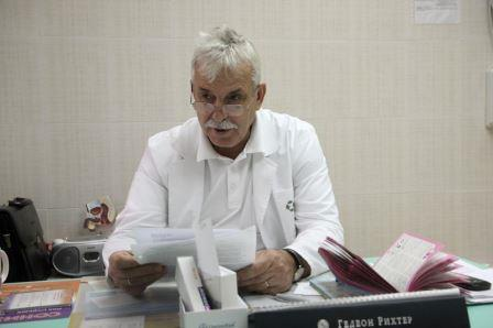 врач читает с листа