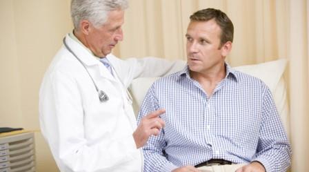 врач что-то рассказывает в пациенту