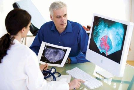 врач и пациент смотрят снимки